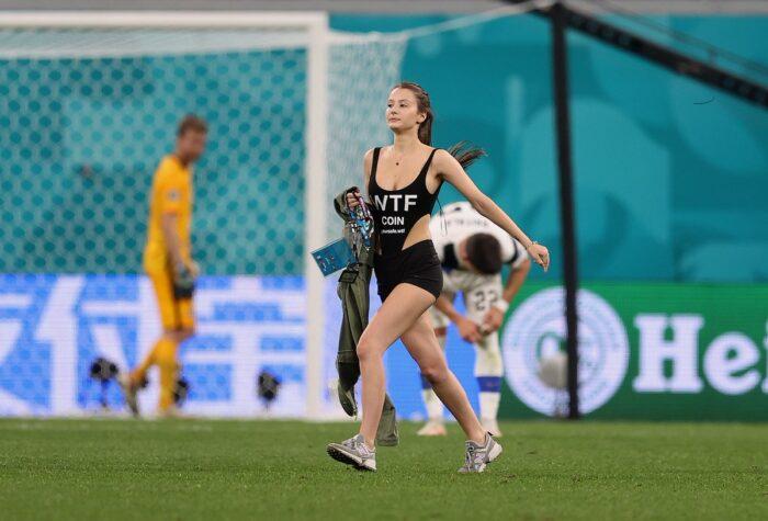 【画像】EURO2020にSEX女乱入